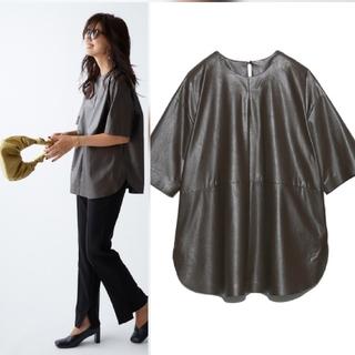 ミラオーウェン(Mila Owen)の新品タグ付 シャツカーブフェイクレザーTシャツ 茶色 Mila Owen (Tシャツ(半袖/袖なし))