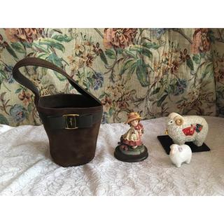 サルヴァトーレフェラガモ(Salvatore Ferragamo)のレア Ferragamo ハンドバッグ カントリー 女の子 置物 羊 干支 飾り(ハンドバッグ)