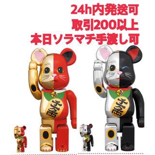 メディコムトイ(MEDICOM TOY)のBE@RBRICK 招き猫 金×赤 銀×黒 100% & 400% 2体セット(キャラクターグッズ)