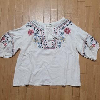 オゾック(OZOC)のOZOC 花刺繍トップス(カットソー(半袖/袖なし))