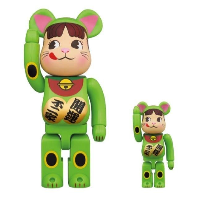 不二家(フジヤ)のBE@RBRICK 招き猫 ペコちゃん 蛍光グリーン 100% & 400% エンタメ/ホビーのおもちゃ/ぬいぐるみ(キャラクターグッズ)の商品写真