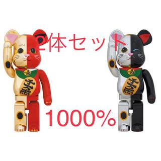 メディコムトイ(MEDICOM TOY)のBE@RBRICK 招き猫 金×赤 1000%  銀×黒 1000% 2体セット(その他)