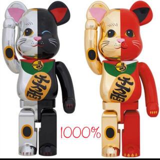 メディコムトイ(MEDICOM TOY)のBE@RBRICK 招き猫 金×赤 1000% / 銀×黒 1000%(フィギュア)
