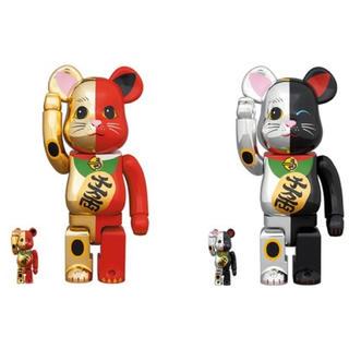 メディコムトイ(MEDICOM TOY)のBE@RBRICK 招き猫 金×赤 銀×黒100% & 400% 2体セット(キャラクターグッズ)