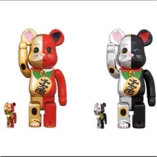 【ベアブリック・ソラマチ限定】招き猫 100% 400% 金×赤・銀×黒 セット(キャラクターグッズ)