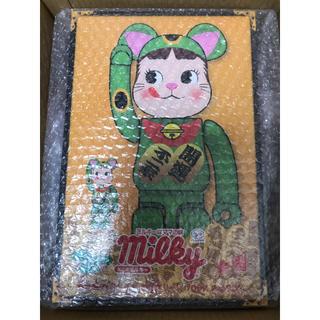 メディコムトイ(MEDICOM TOY)のBE@RBRICK 招き猫ペコちゃん 傾向グリーン 400% 100%(フィギュア)