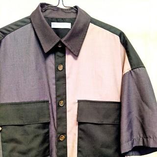センスオブプレイスバイアーバンリサーチ(SENSE OF PLACE by URBAN RESEARCH)の春から秋まで着られるトリコロール半袖シャツ(シャツ)