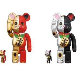 メディコムトイ(MEDICOM TOY)のBE@RBRICK 招き猫  金×赤/銀×黒 100% & 400% 2個セット(キャラクターグッズ)