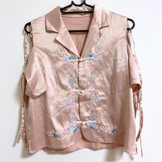 ウィゴー(WEGO)のウィゴー リボンショルダー刺繍チャイナシャツ(シャツ/ブラウス(半袖/袖なし))