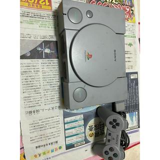 プレイステーション(PlayStation)のプレイステーション1本台。コントローラー1つ、AVコード、電源コード付き(家庭用ゲーム機本体)