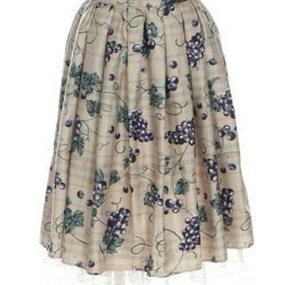 アクシーズファム(axes femme)の新品未使用 ぶどう🍇柄スカート(ベージュ)(ひざ丈スカート)