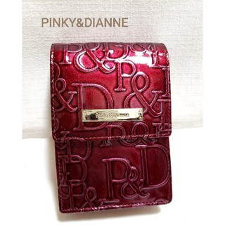 ピンキーアンドダイアン(Pinky&Dianne)のPinky&Dianne エナメルロゴ型押し柄シガレットケース ボルドー(その他)