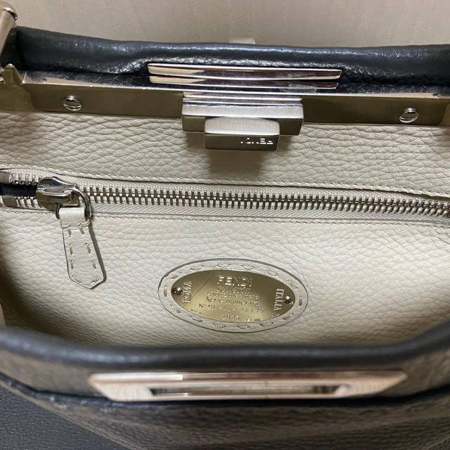 FENDI(フェンディ)のFENDIフェンディピーカブーレギュラーPeekabooグレーセレリア レディースのバッグ(ハンドバッグ)の商品写真