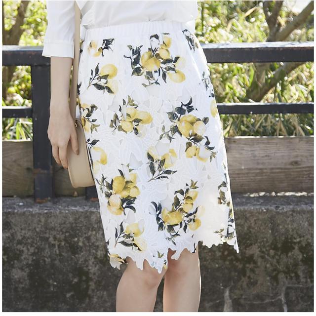 tocco(トッコ)のレモン柄カットワークレースタイトスカート レディースのスカート(ひざ丈スカート)の商品写真