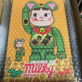 メディコムトイ(MEDICOM TOY)のBE@RBRICK  ペコちゃん  招き猫 蛍光グリーン 100%&400%(キャラクターグッズ)