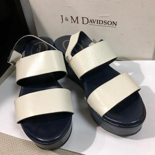 ジェイアンドエムデヴィッドソン(J&M DAVIDSON)のJ&M DAVIDSON サンダル白とネイビーのバイカラー美品(サンダル)