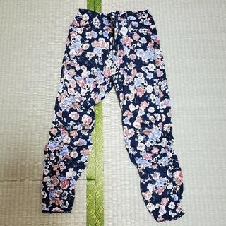 アクシーズファム(axes femme)のズボン 花柄 紺色(クロップドパンツ)