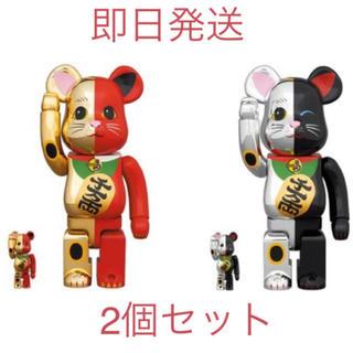 メディコムトイ(MEDICOM TOY)のベアブリック 招き猫  金×赤/銀×黒 100% & 400% 2個セット(キャラクターグッズ)