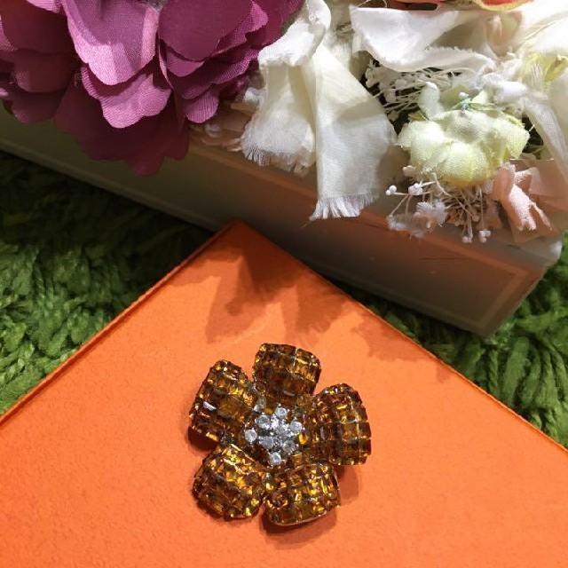 FOXEY(フォクシー)のフォクシー お花型ブローチ 秋の差し色に レディースのアクセサリー(ブローチ/コサージュ)の商品写真