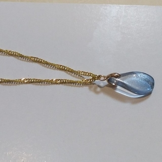 ねじれ雫型トップ(ブルー)ネックレス