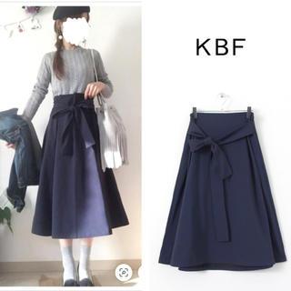ケービーエフ(KBF)のKBF ◆ 新品タグ付き  ウエストリボンフレアスカート ◆(ひざ丈スカート)
