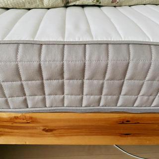 木製ベッドフレームとマットレス(キングベッド)
