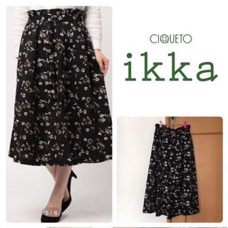 イッカ(ikka)のikka 花柄スカート ブラック(ひざ丈スカート)