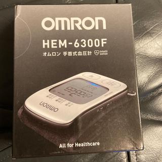 オムロン(OMRON)のオムロン自動血圧計 手首式(健康/医学)