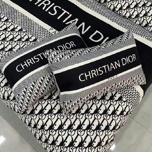 Christian Dior(クリスチャンディオール)の暖かい綿4点セット インテリア/住まい/日用品の寝具(シーツ/カバー)の商品写真