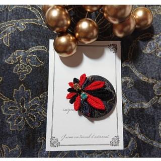 【帯留め】   黒❊赤くるみボタンの帯留め(つまみ細工)(和装小物)