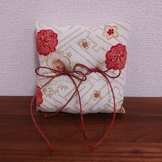 リングピロー 和婚 和式 和装 結婚式 指輪台 紗綾形 ちりめん 赤 白(リングピロー)