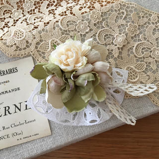 ホワイトバラとアンティークグリーン、ベージュ紫陽花のコサージュ (コサージュ/ブローチ)
