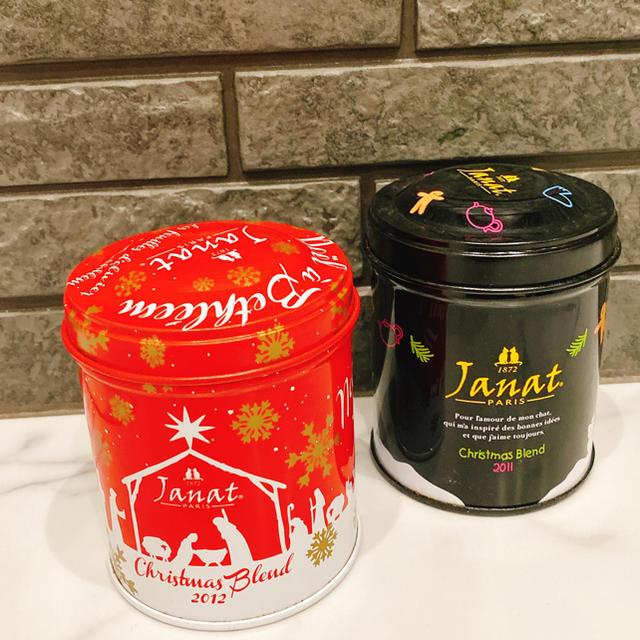 KALDI(カルディ)のジャンナッツ 紅茶 空き缶 クリスマス 2点セット レッド ブラック 食品/飲料/酒の飲料(茶)の商品写真