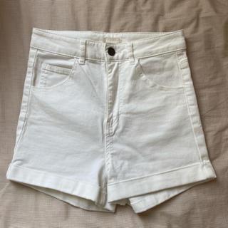 エイチアンドエム(H&M)のH&M 白デニムショートパンツ ホワイト 34 XS(ショートパンツ)