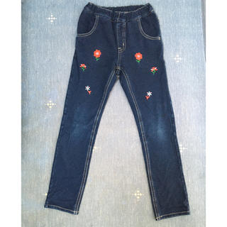 ムージョンジョン(mou jon jon)のムージョンジョン お花の刺繍のデニムパンツ(130cm)(パンツ/スパッツ)