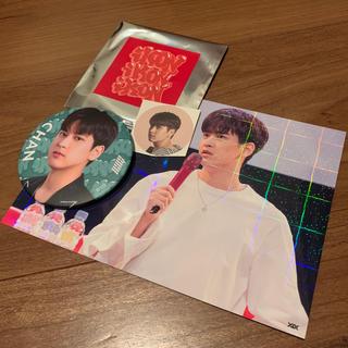 アイコン(iKON)のiKON最新缶バッジ&ホログラムポストカード☆チャヌ☆CHAN(アイドルグッズ)
