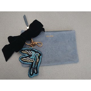 ミュウミュウ(miumiu)のミュウミュウ ポーチ バッグアクセサリー リボン キーホルダー 水色 ブルー(キーホルダー)