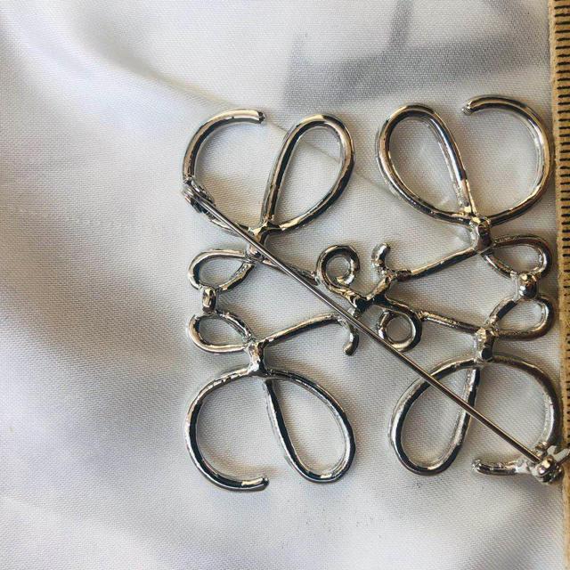 シルバーアナグラム ブローチ レディースのアクセサリー(ブローチ/コサージュ)の商品写真