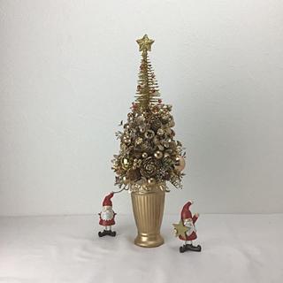 クリスマス 星がテッペンに光っている金色のクリスマスツリー・1(その他)