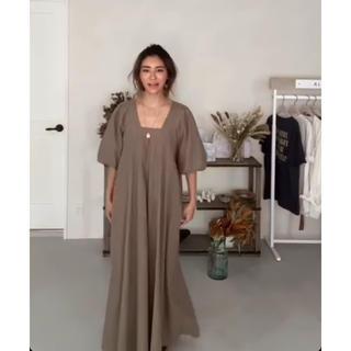アリシアスタン(ALEXIA STAM)の美品☆送料無料☆Square Neck Maxi Dress Beige(ロングワンピース/マキシワンピース)