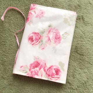 ローラアシュレイ(LAURA ASHLEY)のブックカバー ローラアシュレイ ピンク 可愛い レア ローズ 花柄 薔薇柄(ブックカバー)