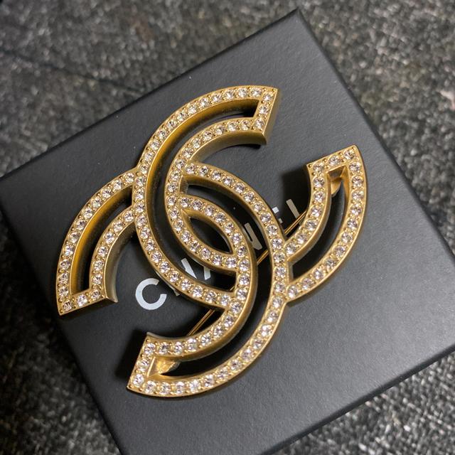 CHANEL(シャネル)のCHANEL ブローチ 完売品 ラインストーン ゴールド 未使用に近い レディースのアクセサリー(ブローチ/コサージュ)の商品写真