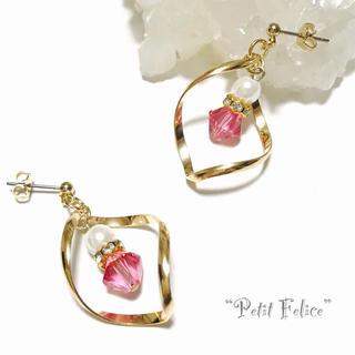 ひねりフレームの中でピンクのスワロが輝く☆きれいめデザインピアス ポストタイプ(ピアス)