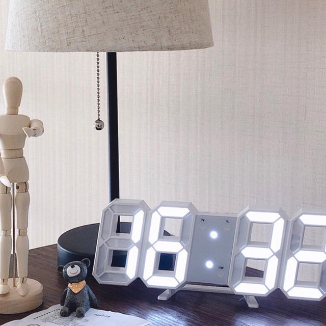 新品 3D 置き時計 壁掛け時計 デジタルled 韓国 インテリア 白 ホワイト インテリア/住まい/日用品のインテリア小物(置時計)の商品写真