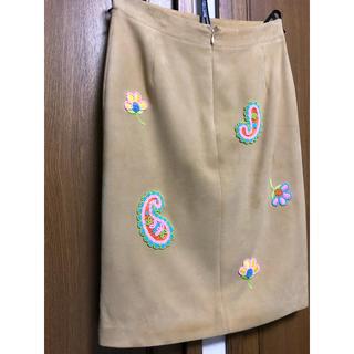 ジュンコシマダ(JUNKO SHIMADA)の羊革 スウェード 膝丈スカート 刺繍とビーズが大人可愛い 38(ひざ丈スカート)