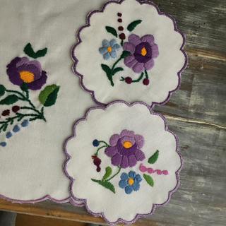 マリメッコ(marimekko)のハンガリー刺繍 東欧土産 お花柄 ランチョンマット コースターセット パープル(キッチン小物)