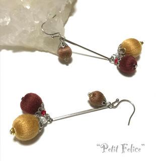 木の実のようなブラウンの巻き玉が揺れる♪温もりカラーのロングピアス フックタイプ(ピアス)