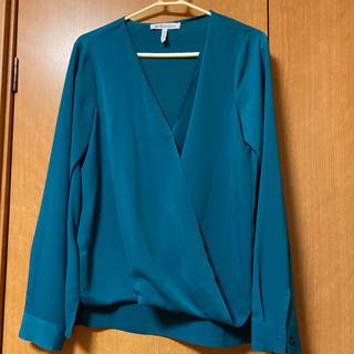 ビーシービージーマックスアズリア(BCBGMAXAZRIA)のスモーキーグリーンシャツ(シャツ/ブラウス(長袖/七分))