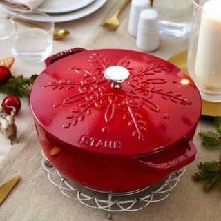 ストウブ(STAUB)の鋳鉄STAUBエナメル鍋 24cm 浮き雕り雪花鍋(調理道具/製菓道具)