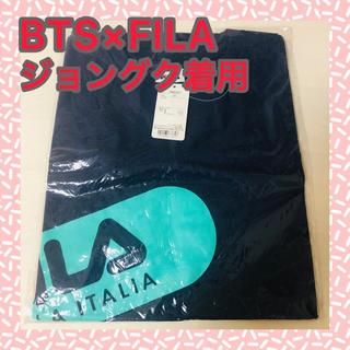 フィラ(FILA)の新品未使用★FILA×BTSコラボTシャツ・ジョングク着用 ネイビー(Tシャツ(半袖/袖なし))